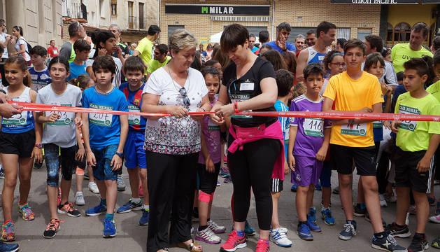 De izda. a dcha., Merche Almiñana y Mª Victoria Montori cortan la cinta inaugural.