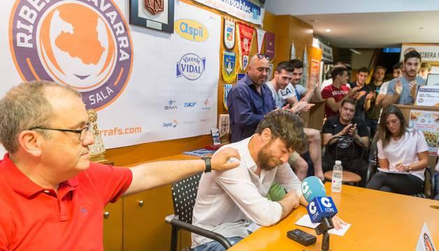 Molina, emocionado, junto a Alberto Ramírez, compañeros y directivos.