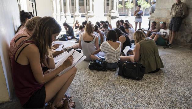 Un grupo de interinos consultan las plazas en el acto de elección de vacantes del pasado junio.