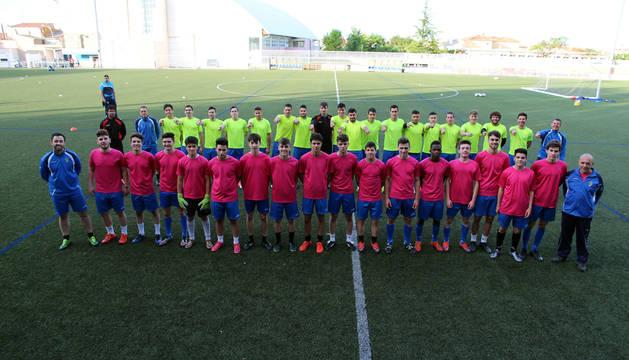 Los jugadores del Cirbonero de Tercera, en el fondo, señalan a los del Juvenil, a los que quieren imitar logrando el ascenso a Segunda B.