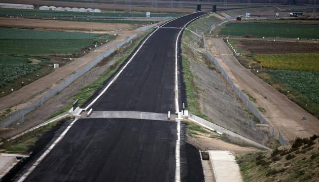 Imagen de la plataforma ya construida en el término de Cadreita, sobre la que se instalaría una doble vía de ancho internacional.