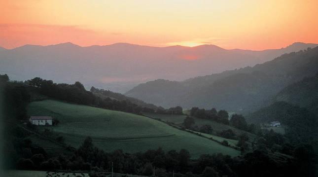 Imagen de un amanecer en Baztan-Bidasoa.