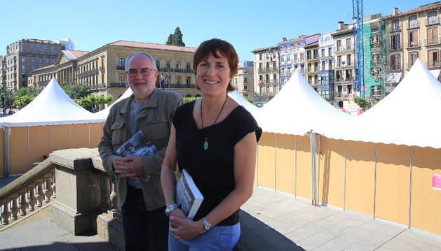 Imagen de Patxo Abárzuza y Mertxe Zufía, este miércoles, en el kiosko de la Plaza del Castillo de Pamplona rodeado de las casetas de los libreros.