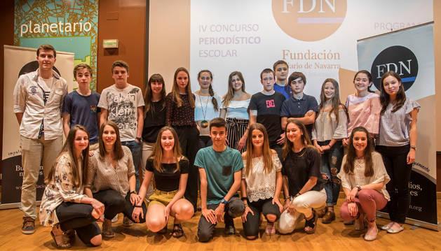 Los ganadores del IV Concurso Periodístico Escolar de la Fundación Diario de Navarra posaban este miércoles en el Planetario junto a Leyre Arraiza, patrona de la Fundación DN (en el centro).