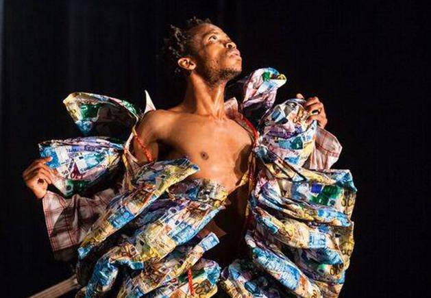 Imagen de Faustin Linyekula durante uno de sus espectáculos.