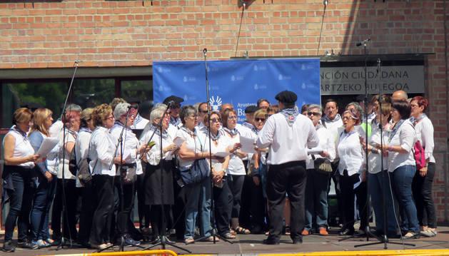 Fiesta con homenaje a Barañaingo Euskal Kantak y carrera solidaria