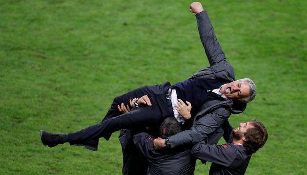 Jose Mourinho, manteado por los técnicos del Manchester United.