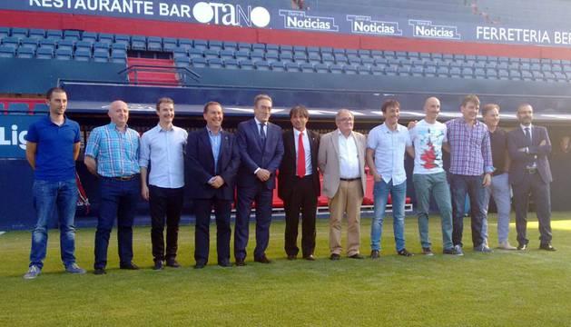 Miembros de Osasuna, del Xota, de la LNFS y de la Federación Navarra de Fútbol, en El Sadar.