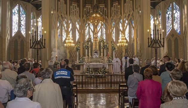La basílica, iluminada y ornamentada con toda solemnidad.