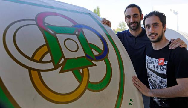 Fermín Remacha (izquierda) y David Sádaba posan junto al escudo de Oberena, en las instalaciones del club, antes del entrenamiento para preparar el duelo en Antequera.