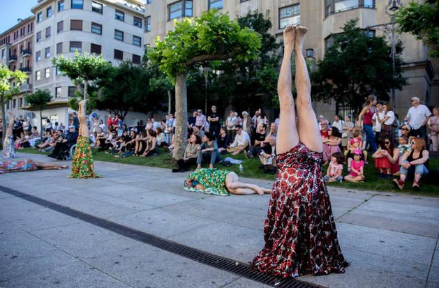 Imagen de la performance colectiva Árboles. Plantación de la coreógrafa brasileña Clarice Lima, ayer en la Avenida Carlos III de Pamplona.