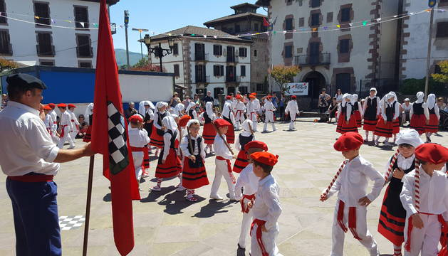 Bandera en mano, Andrés Elizainzin Vicente espera el saludo de los jóvenes dantzaris.