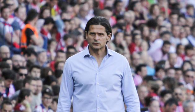 Pedja Vasiljevic en la zona técnica del estadio Vicente Calderón.