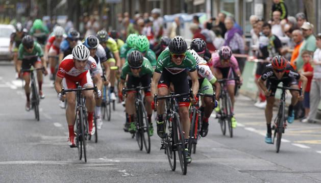 Imagen de la Vuelta a Navarra 2016 a su paso por Estella