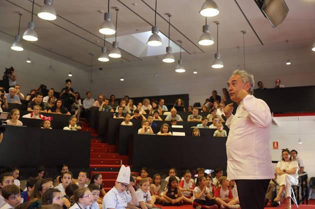 Imagen del cocinero Ferrán Adrià, durante su encuentro con un centenar de niños.