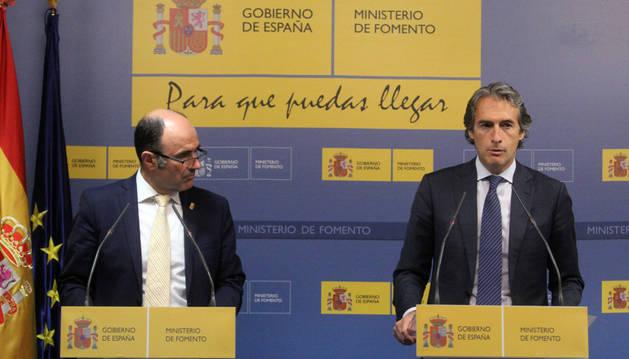 Imagen del vicepresidente Manu Ayerdi (izquierda) en el Ministerio de Fomento con el ministro Íñigo de la Serna (derecha).