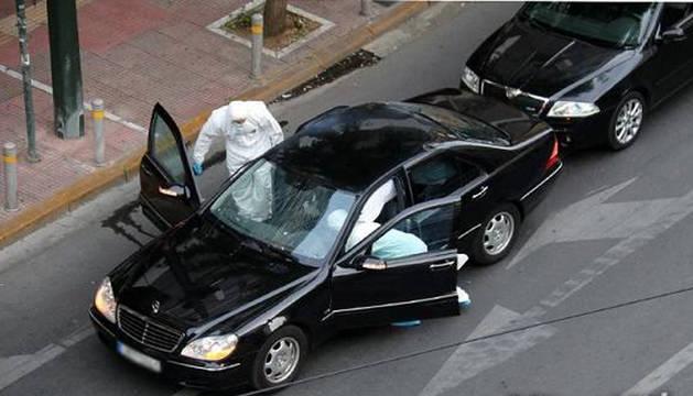 El coche blindado siendo inspeccionado por agentes de policía científica