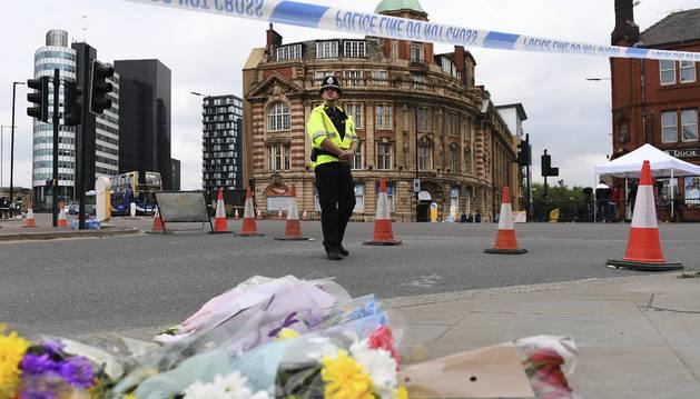 Foto de un agente de policía británico permanecen en guardia en el centro de Manchester, Reino Unido.