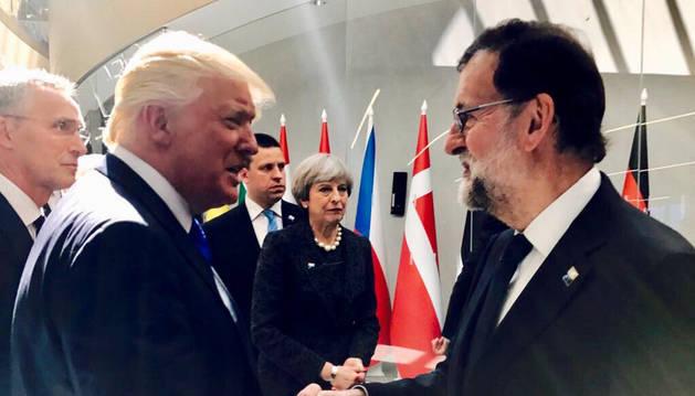 Imagen de Rajoy y Trump saludándose.