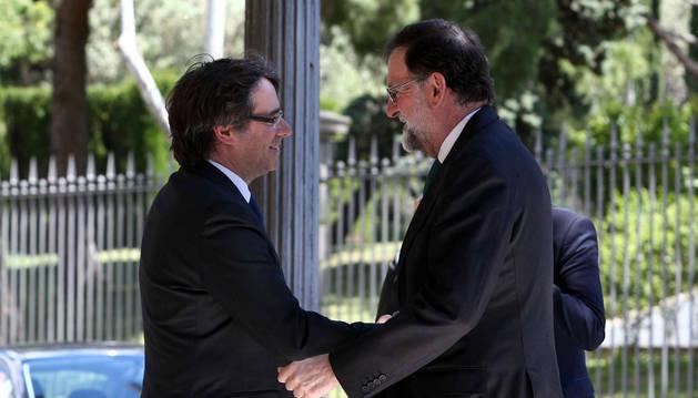 Imagen del presidente de la Generalitat, Carles Puigdemont (izquierda), saludando al presidente del Gobierno, Mariano Rajoy (derecha).