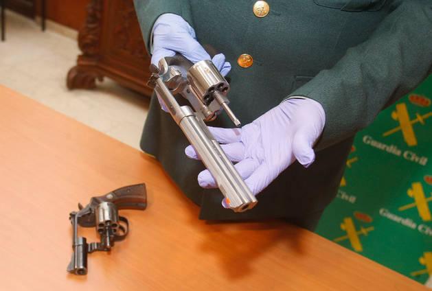 Imagen de las armas incautadas en la detención de un hombre responsable de siete atracos a entidades bancarias de Alicante y Murcia