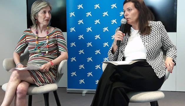 Ana Sarasa Sos, presidenta de Saray, y Ana Díez Fontana, directora territorial de CaixaBank en Navarra, durante el acto de presentación.