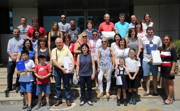 Imagen de representantes de algunas de las empresas y la mayoría de los premiados, ayer tras recoger sus premios en Diario de Navarra.