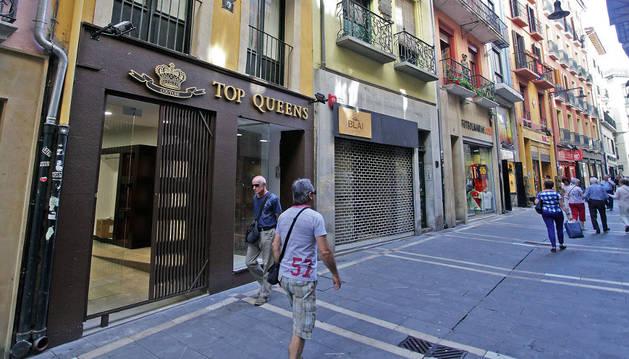 Imagen de varias personas pasean por Zapatería, una de las calles que ha registrado más aperturas comerciales en los últimos meses.