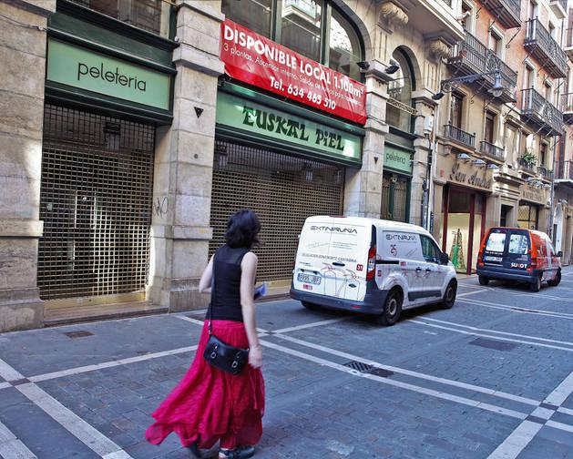 Imagen de una mujer pasando frente al antiguo local de Euskal Piel.
