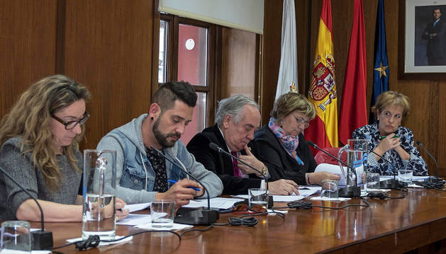 El grupo regionalista al completo en un pleno del Ayuntamiento de Estella. Desde la izquierda, Menchu Jiménez, Javier López, Javier del Cazo, Yolanda Alén y Begoña Ganuza.