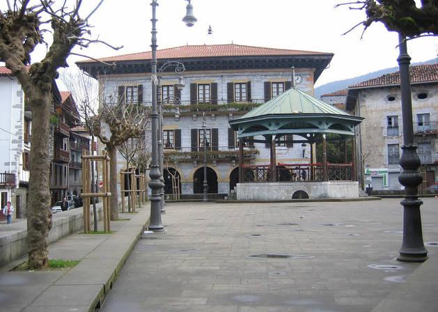 Detalle parcial de la plaza Zaharra, con la fachada del Ayuntamiento de Lesaka al fondo.