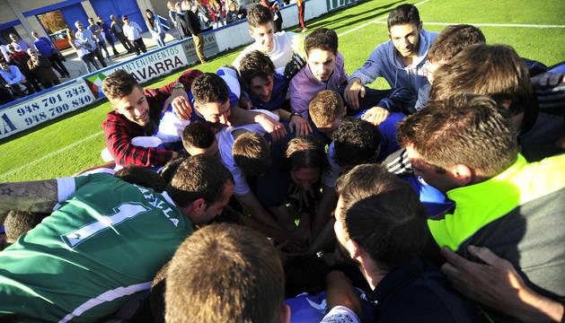 La plantilla de la Peña Sport hace una piña tras proclamarse campeona de Tercera División en la penúltima jornada de liga.