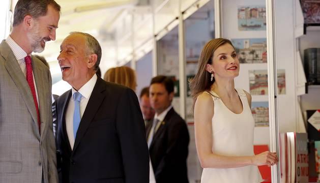 Los Reyes han abierto este viernes la 76 edición de la Feria del Libro de Madrid con el tradicional recorrido por las casetas del Parque del Retiro, donde han conocido las últimas novedades editoriales, se han ido cargados de libros y se han interesado por la cultura portuguesa, invitada especial de este año.