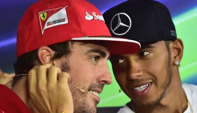 Foto de Fernando Alonso, junto a Lewis Hamilton.