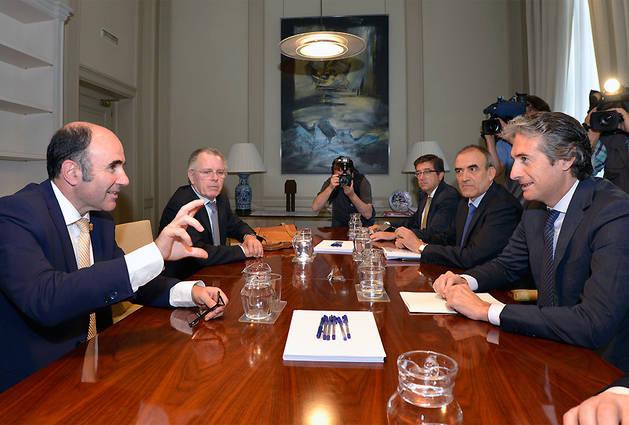 El vicepresidente Ayerdi y el director general de Obras Públicas, Ignacio Nagore, a la izquierda, con la delegación ministerial encabezada por Íñigo de la Serna.