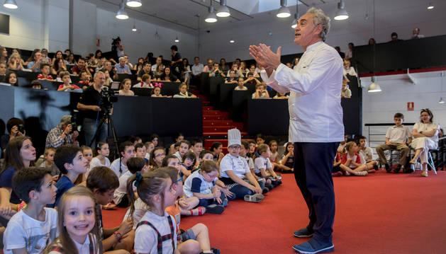 Foto de Ferran Adrià, ayer, ante el público infantil que se citó en el auditorio CaixaBank en Aranzadi, Pamplona.