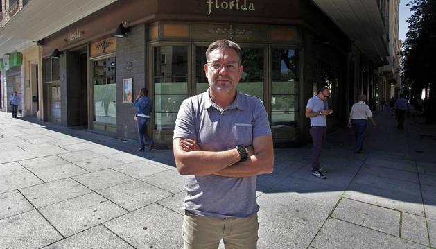 Foto del gerente de El Panadero de Eugi delante de la fachada del Florida ya en proceso de remodelación.