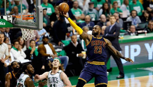 Lebron James vuela durante el partido ante los Celtics