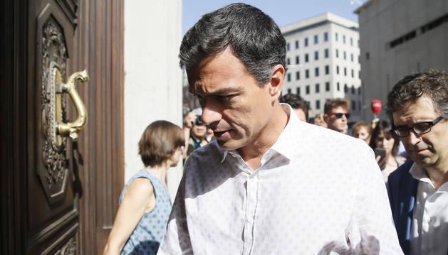 Foto del secretario general del PSOE, Pedro Sánchez, a su llegada a las dependencias del Congreso.