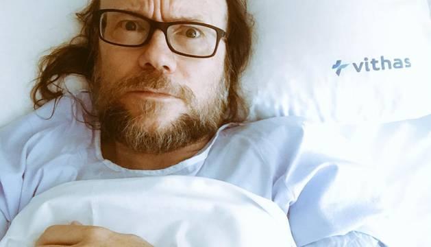 Foto de Santiago Segura, en la cama del hospital tras la operación.