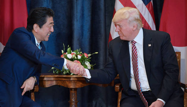 Foto del presidente de EE UU, Donald Trump con el primer ministro japonés, Shinzo Abe.