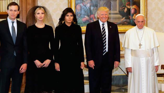 El presidente Trump y su familia posan con el Papa Francisco en el Vaticano.