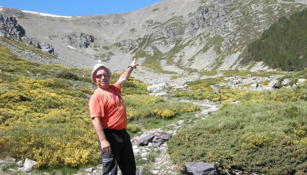 Javier Lavilla Calvo, el miércoles, en el circo de San Miguel, vaguada también conocida como la Cuchara, a casi 2.000 metros de altitud. La cima del Moncayo, en la imagen, tiene 2.314 m.