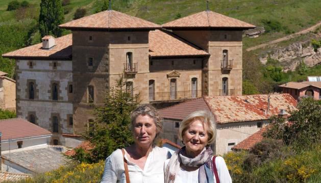 Celia, con su hija Elena, en Subiza. Al fondo, el palacio.