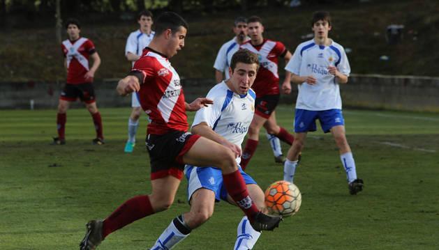 Un jugador del Gares controla el balón en un partido en Osabidea.
