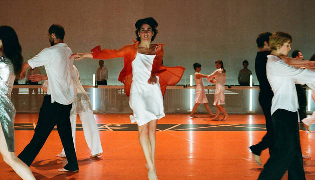 MAESTRA EN LA ÓPERA DE PARÍS. Marta Coronado (Pamplona, 1973) lleva veinte años en la compañía Rosas de Bélgica, actualmente como bailarina, profesora y directora de ensayos. Estos días está trabajano en la Ópera de París, donde estrenarán la pieza Drumming Live el próximo 1 de julio. Sobre estas líneas, Coronado bailando dicha coreografía.