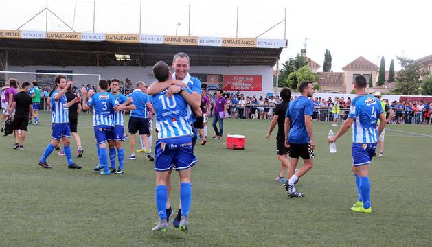 Rodrigo Sanz, con el 10 a la espalda, salta abrazado a Serafín Azagra, segundo entrenador del Cirbonero.
