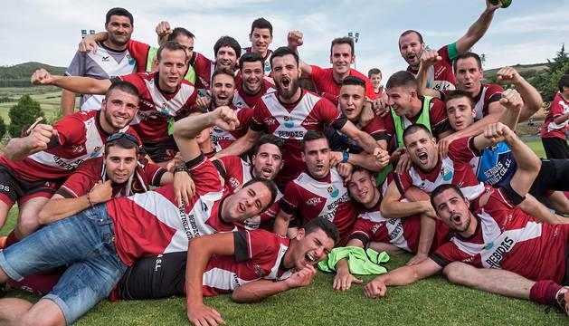 Los jugadores del C.D. Gares celebran el ascenso en el césped de Osabidea.