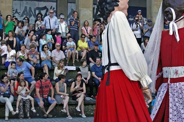 Imagen del público que llenó la plaza de los Burgos para ver a la comparsa de Gigantes del Casco Antiguo interpretar diversos bailes.