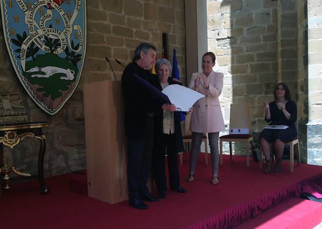 José Lainez y Concha Martínez posan tras recibir el Premio Príncipe de Viana de la Cultura de manos de Uxue Barkos.